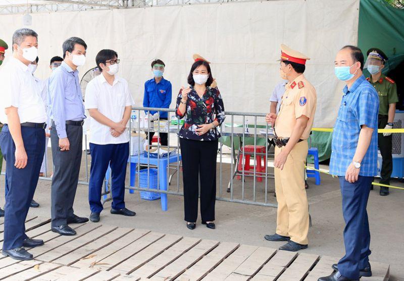 Phó Bí thư Thường trực Thành ủy Nguyễn Thị Tuyến kiểm tra công tác phòng, chống dịch Covid-19 trên địa bàn huyện Chương Mỹ.