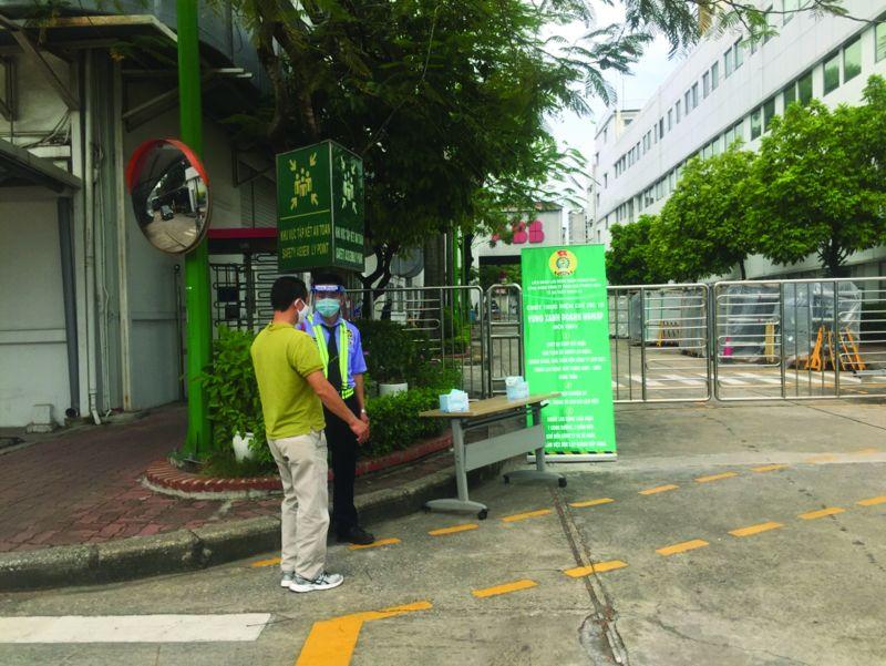 Người LĐ được đo thân nhiệt trước khi vào làm việc tại công ty TNHH ABB Power Grids