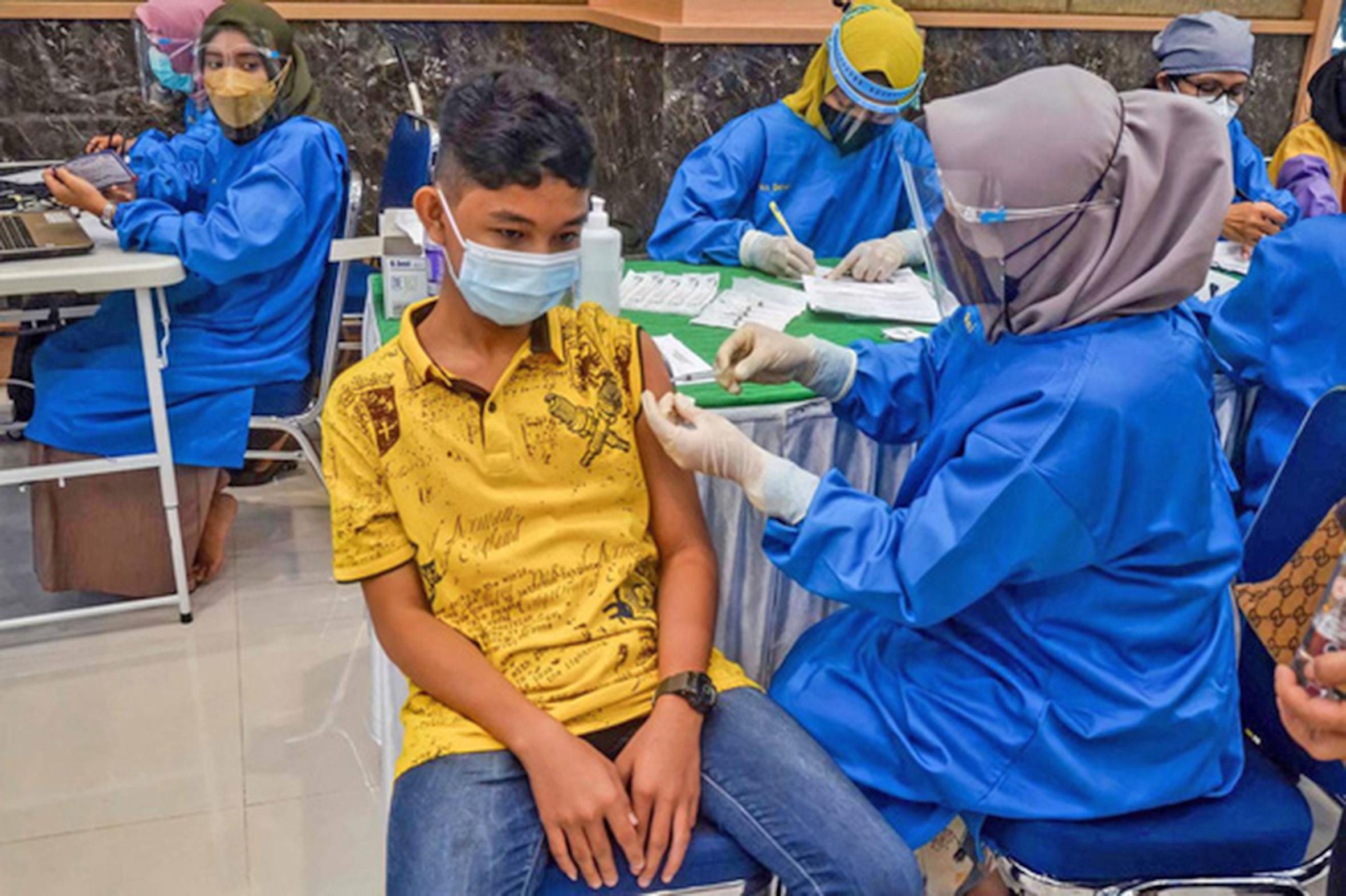 Một bé trai được tiêm vắc-xin Sinovac tại thành phố Pekanbaru, Indonesia (AFP)