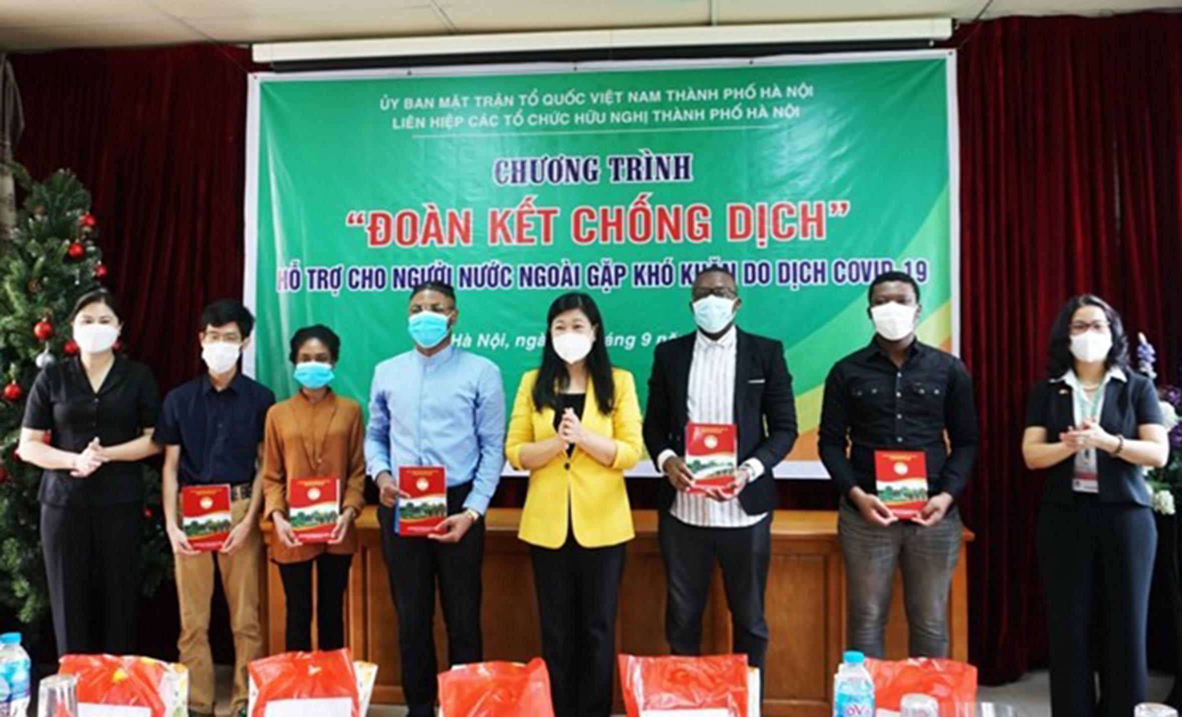 Đồng chí Nguyễn Lan Hương, Chủ tịch Ủy ban MTTQ Việt Nam TP Hà Nội, Chủ tịch Liên hiệp các tổ chức Hữu nghị TP Hà Nội (thứ 4 từ phải sang), trao quà hỗ trợ cho các em sinh viên nước ngoài
