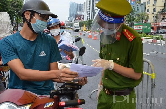 Lực lượng chức năng đang kiểm tra giấy đi đường của người dân