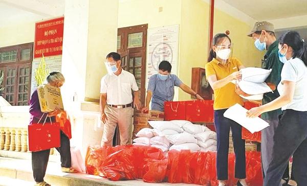 Hội LHPN huyện trao tặng 30 suất quà cho gia đình khó khăn tại xã Minh Châu