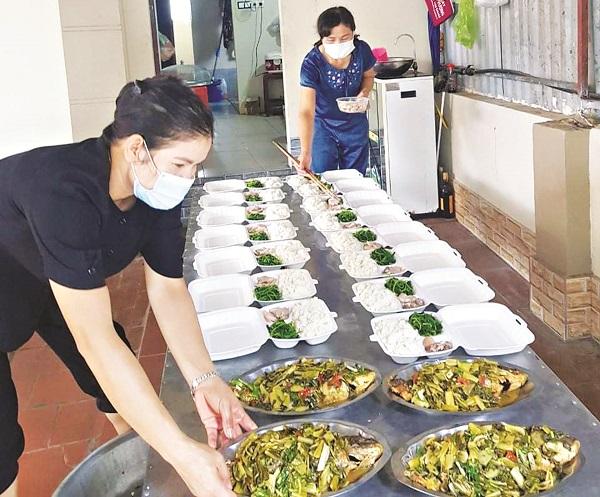 Chị em cán bộ hội viên phụ nữ Ba Vì  tích cực tham gia và duy trì bếp ăn của phụ nữ để phục vụ hàng nghìn suất cơm yêu thương