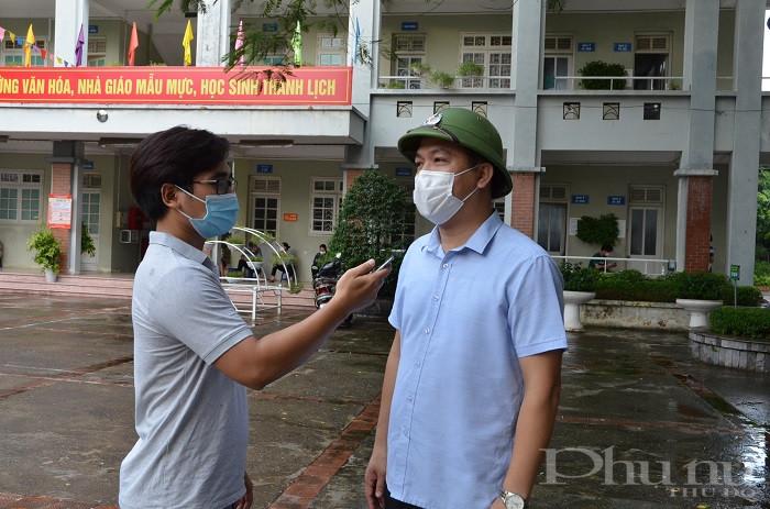 ông Lương Thành Trung - PCT UBND phường Gia Thụy trao đổi với phóng viên báo Phụ nữ Thủ đô