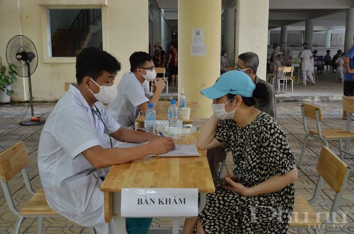 Đội ngũ bác sĩ đang khám, xét nghiệm cho người dân phường Ngọc Lâm