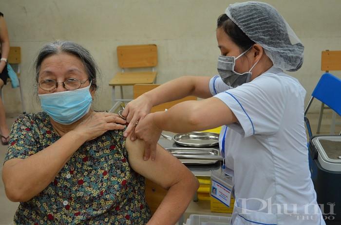 Các bác sĩ tỉnh Bắc Giang tiêm cho người dân phường Gia Thụy