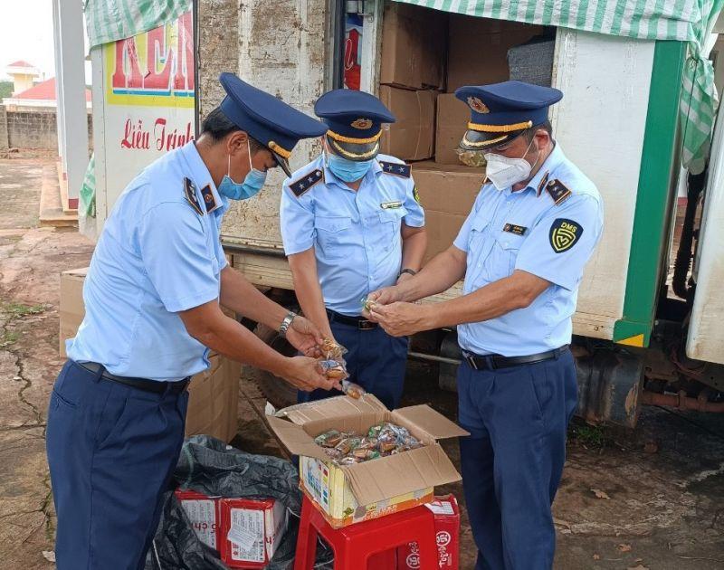 Lực lượng chức năng tỉnh Gia Lai kiểm tra sản phẩm bánh Trung thu có dấu hiệu vi phạm