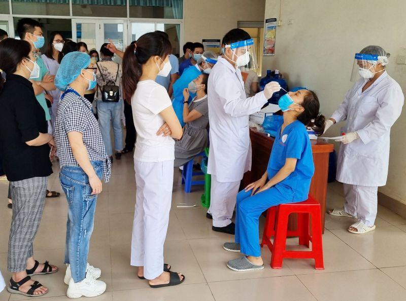 Các bác sĩ 11 tỉnh sẽ hỗ trợ Hà Nội xét nghiệm
