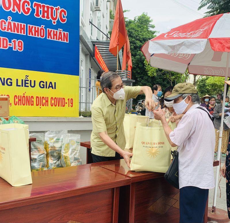 Lãnh đạo Quận uỷ Ba Đình tặng quà hỗ trợ người dân gặp khó khăn do tác động của dịch bệnh tại phường Liễu Giai