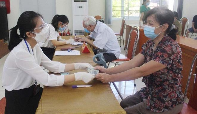 Người dân nhận hỗ trợ theo Nghị quyết 15 của HĐND TP tại phường Nguyễn Trãi, quận Hà Đông