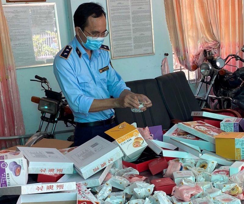 Lực lượng chức năng tỉnh Tây Ninh kiểm tra sản phẩm bánh Trung thu có dấu hiệu vi phạm