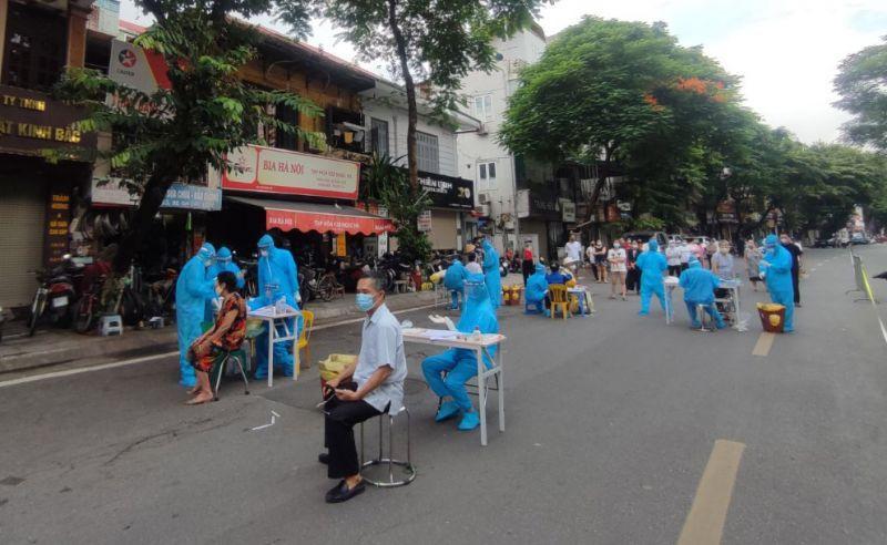 Quận Ba Đình lấy mẫu xét nghiệm cho các tiểu thương chợ Ngọc Hà