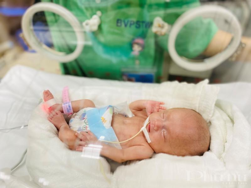 Sau khi sinh, bé T.S được nuôi trong lồng kính, chăm sóc toàn diện và tỉ mỉ bởi các y bác sĩ.
