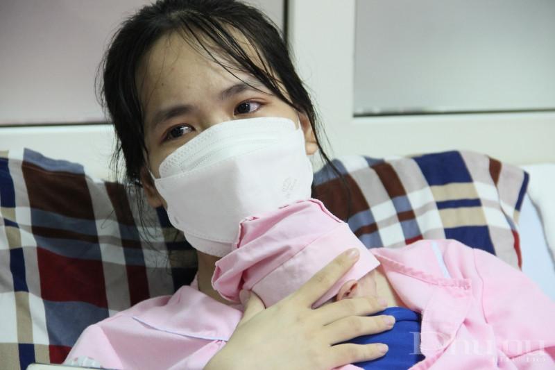 Mẹ bé T.A xúc động khi chứng kiến sự quan tâm, giúp đỡ của y bác sĩ bệnh viện và sự lớn khỏe của con gái.