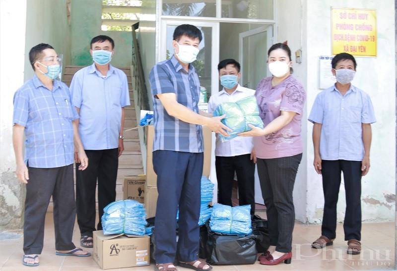 Ban lãnh đạo xã, Sở chỉ huy phòng chống dịch Covid 19 của xã Đại Yên phấn khỏi đón nhận số hàng ủng hộ của Giám đốc Nguyễn Thị Ánh.