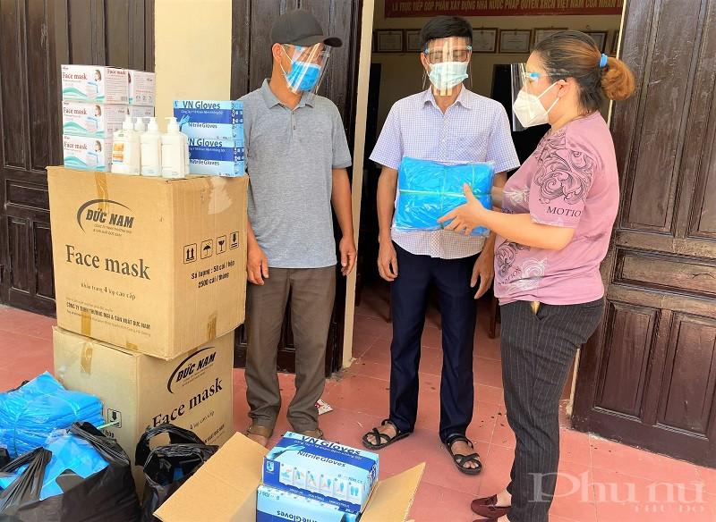 Ban lãnh đạo Thôn 2 đón nhận tiền, hàng hỗ trợ của của GĐ Nguyễn Thị Ánh.