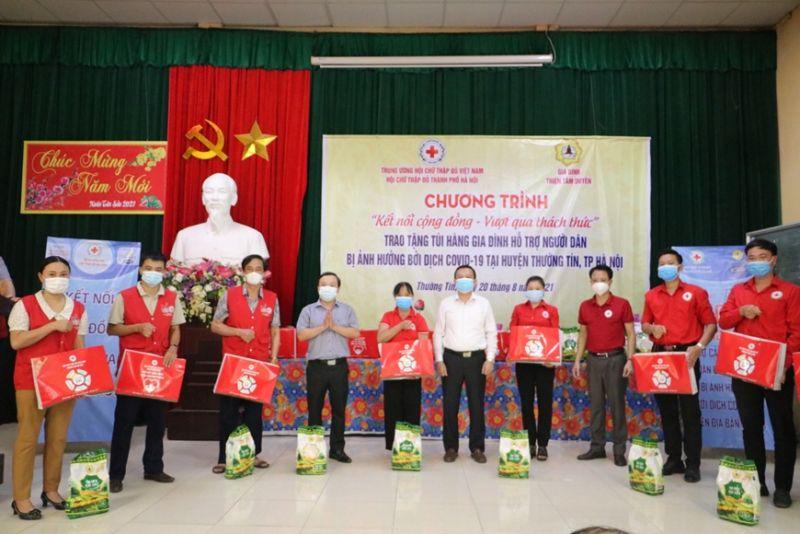 Hội Chữ thập đỏ thành phố Hà Nội phối hợp tổ chức chương trình trao tặng túi hàng gia đình hỗ trợ người dân bị ảnh hưởng bởi dịch Covid-19 tại  huyện Thường Tín