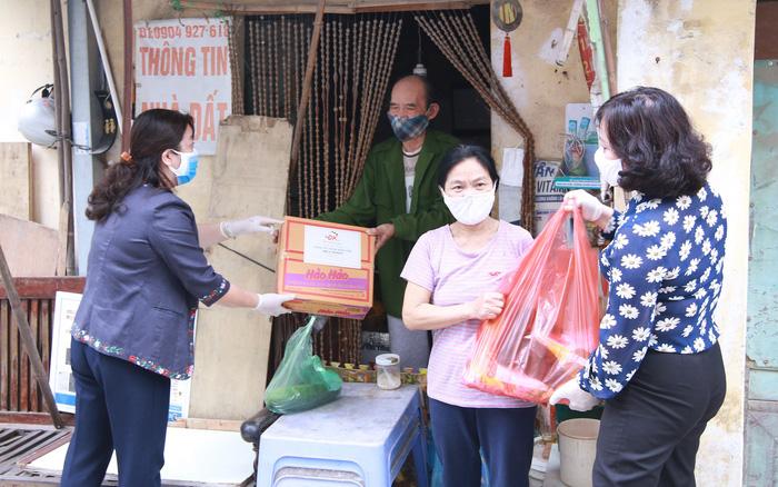 Hội LHPN TP Hà Nội  tặng suất quà  hỗ trợ cho lao động di cư đang sinh sống tại quận Hoàng Mai (Hà Nội)