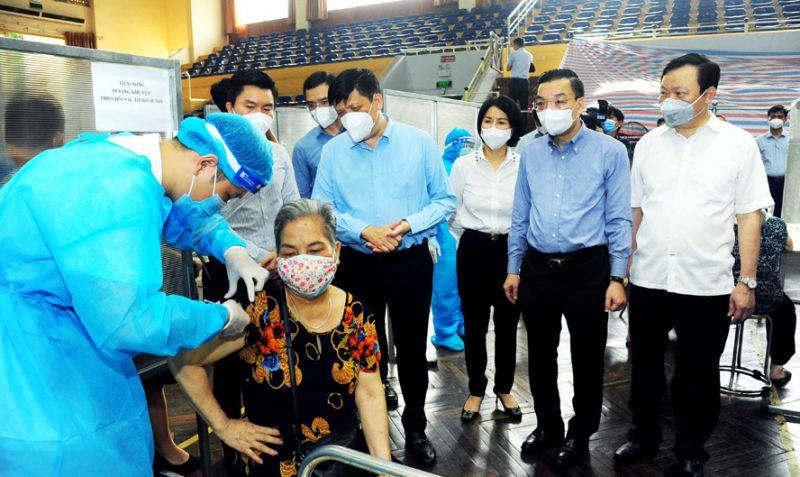 Bộ trưởng Bộ Y tế Nguyễn Thanh Long, Chủ tịch UBND thành phố Hà Nội Chu Ngọc Anh kiểm tra công tác tiêm vắc xin phòng Covid-19 tại nhà thi đấu Trịnh Hoài Đức (quận Đống Đa).