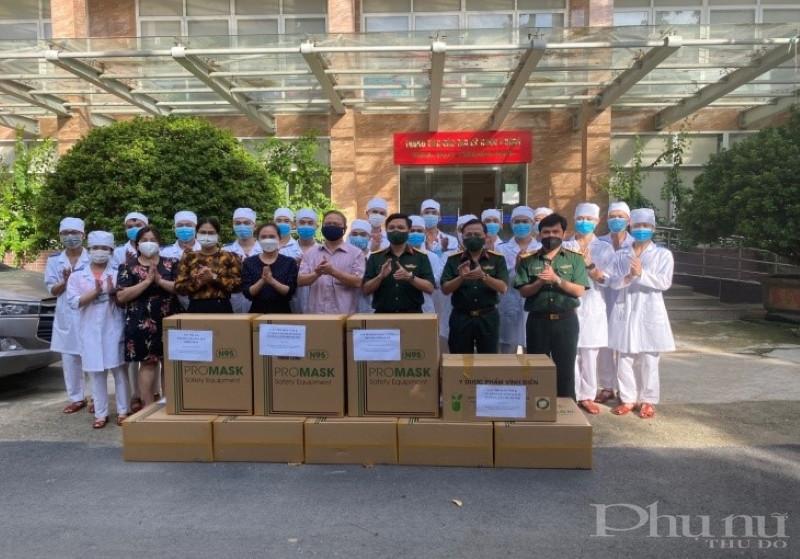 Tổ Phụ nữ Nhà chung cư CT38 gửi quà tặng cho các y bác sĩ tham gia chống dịch.