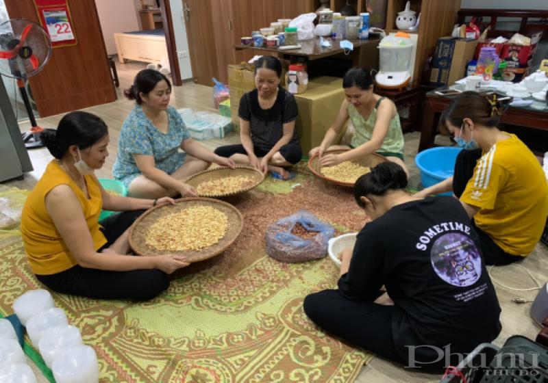 Các chị hội viên phụ nữ Chung cư CT36 làm muối vừng gửi tặng đoàn y bác sĩ vào Nam chống dịch.