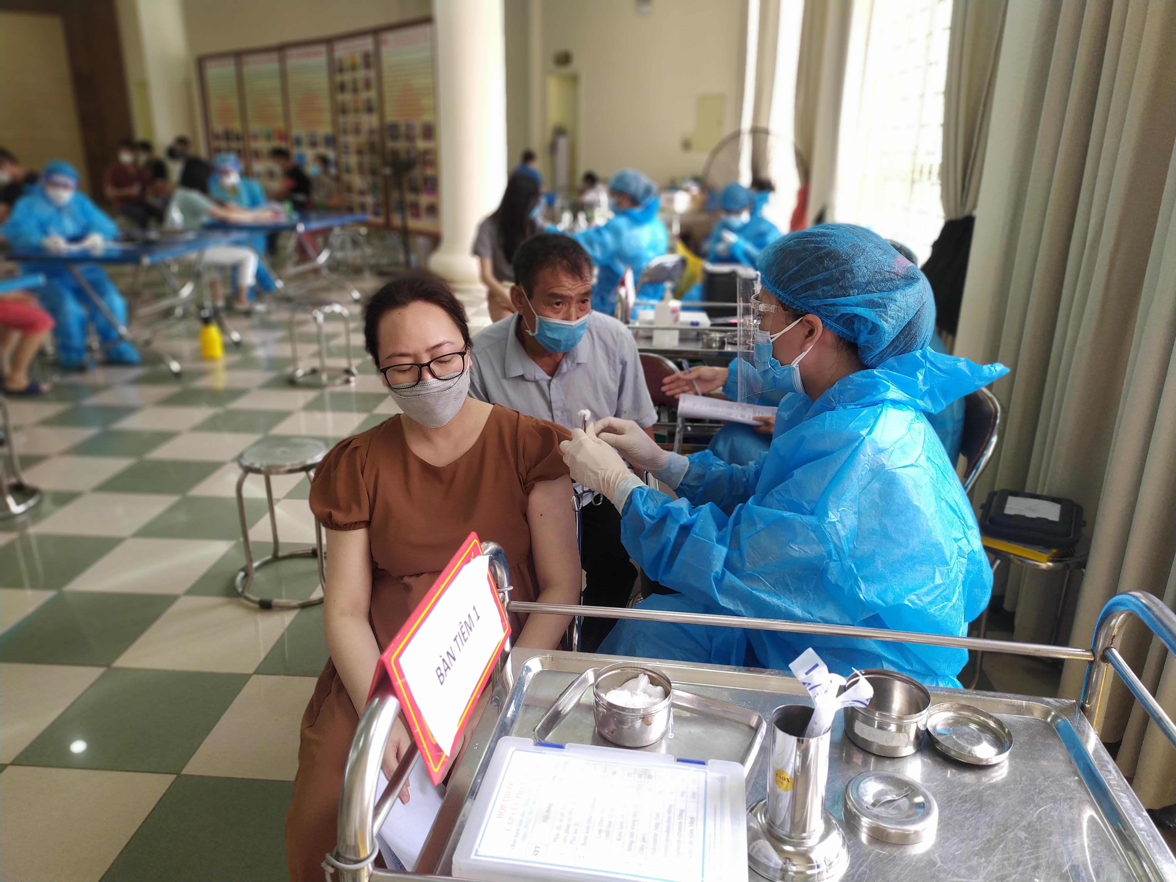 Người dân đến tiêm phòng Covid-19 tại trung tâm văn hoá huyện Thanh Trì