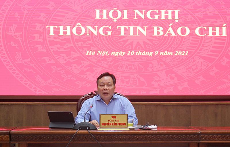Phó Bí thư Thành uỷ Hà Nội Nguyễn Văn Phong thông tin tại hội nghị.