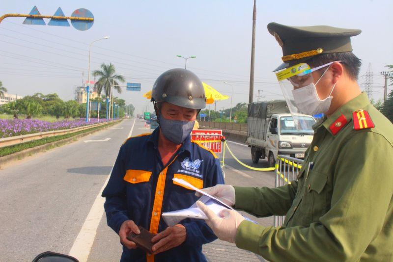 Lực lượng chức năng làm nhiệm vụ chốt cầu Thăng Long.