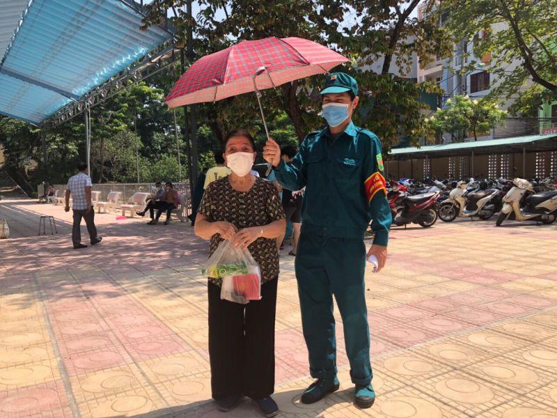 Lực lượng dân quân tự vệ phường Vĩnh Phúc kịp thời giúp đỡ các ông bà cao tuổi