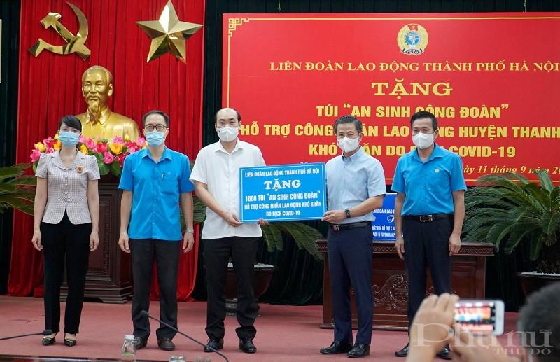 Chủ tịch LĐLĐ Thành phố Hà Nội Nguyễn Phi Thường (thứ 2 từ trái sang) trao 1.000 Túi An sinh Công đoàn được hỗ trợ cho người lao động khó khăn ảnh hưởng dịch bệnh COVID-19