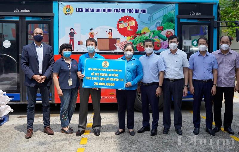 """Ông Chandan Singh – Tổng giám đốc Công ty (thứ nhất bên trái) cùng Công đoàn Công ty nhận hỗ trợ bữa ăn cho người động thực hiện """"3 tại chỗ""""."""