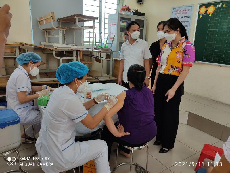 Đoàn công tác Huyện uỷ Gia Lâm kiểm tra các điểm tiêm tại xã Yên Thường và xã Yên Viên