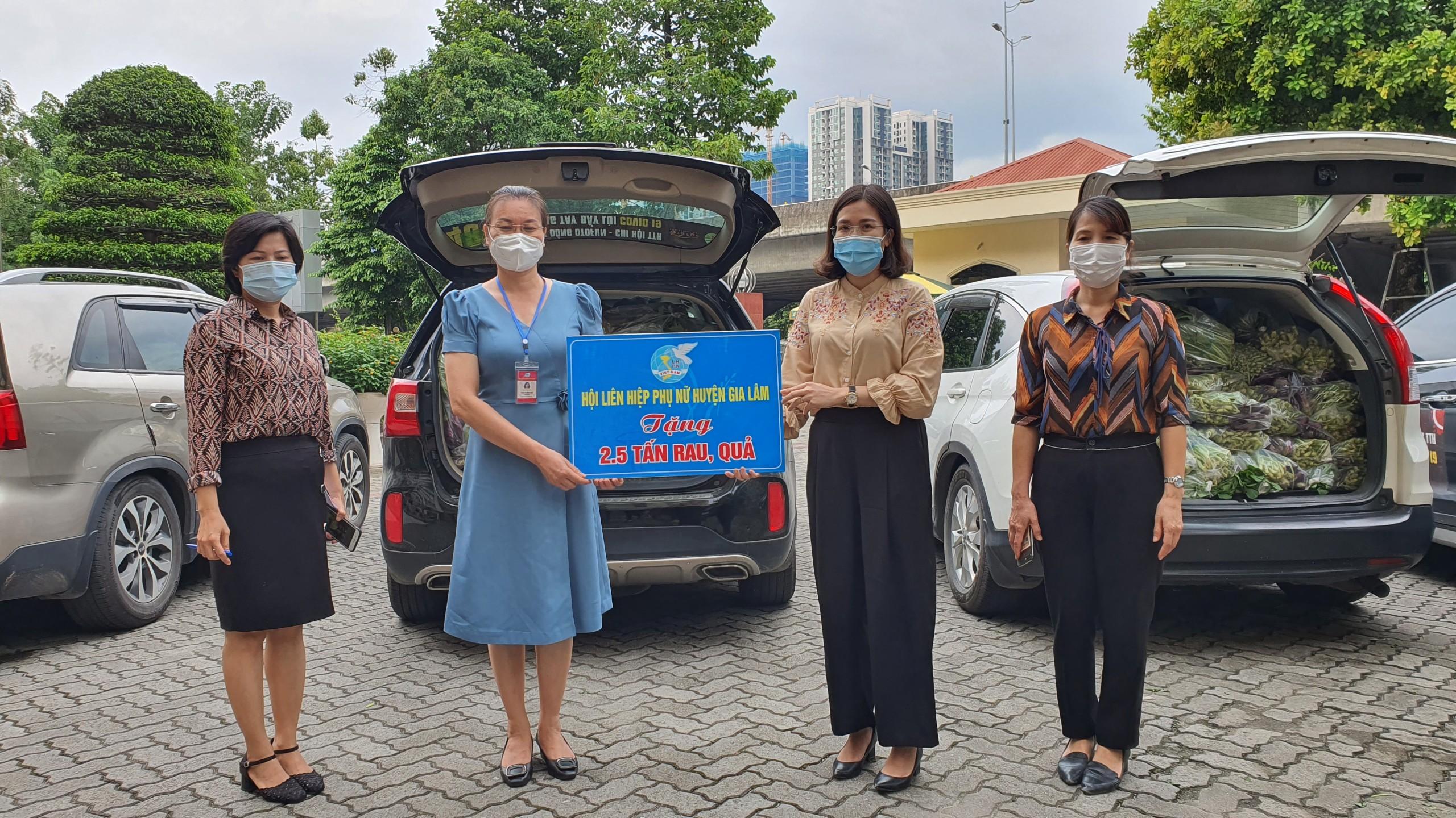 Hội LHPN huyện Gia Lâm trao tặng rau hỗ trợ phụ nữ quận Thanh Xuân