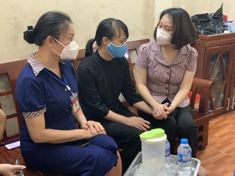 Lãnh đạo Hội LHPN TP Hà Nội và Hội LHPN quận Thanh Xuân chia sẻ, động viên gia đình cháu bé