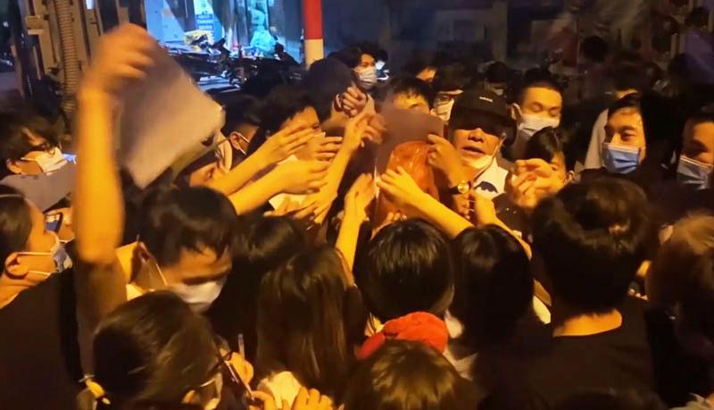 Tình trạng chen lấn, tập trung đông người tại Trường Tiểu học Trung Văn