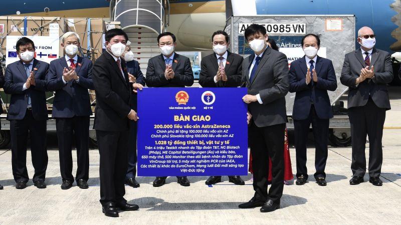 Chủ tịch Quốc hội Vương Đình Huệ chứng kiến lễ bàn giao vaccine, thiết bị, vật tư y tế và kinh phí ủng hộ nhận được trong chuyến công tác tại Châu Âu của Đoàn đại biểu cấp cao Quốc hội Việt Nam, tại sân bay Nội Bài