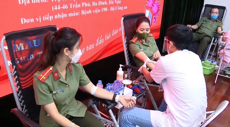 Các cán bộ, chiến sỹ Cục Quản lý xuất nhập cảnh nhiệt tình tham gia hiến máu tình nguyện