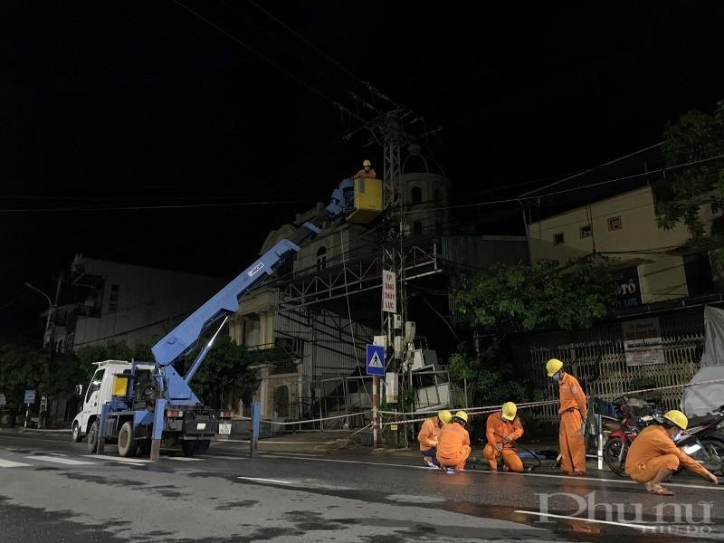Ngay sau khi xảy ra các sự cố lưới điện do ảnh hưởng bão, các đơn vị của Tổng Công ty Điện lực miền Trung (EVNCPC) đã khẩn trương xử lý sự cố, đến 11h00 sáng 12/9 đã khôi phục cung cấp điện được hơn 75% số lượng khách hàng bị gián đoạn cấp điện.