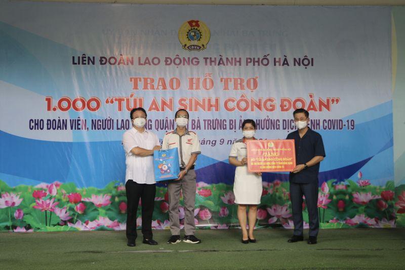 Chủ tịch LĐLĐ Thành phố Nguyễn Phi Thường trao quà An sinh Công đoàn cho đoàn viên, NLĐ quận Hai Bà Trưng (ngoài cùng bên phải)