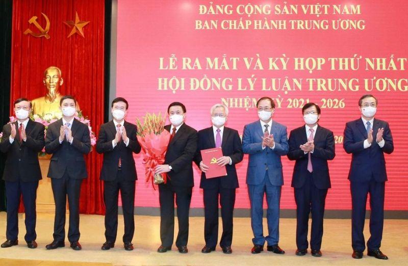Ủy viên Bộ Chính trị, Thường trực Ban Bí thư Võ Văn Thưởng trao quyết định thành lập Hội đồng Lý luận Trung ương, nhiệm kỳ 2021-2026.