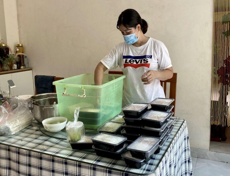 Mỗi ngày, 500 suất ăn được phụ nữ Hà Đông chuẩn bị tận tâm, giao tận tay các y bác sỹ tuyến đầu chống dịch