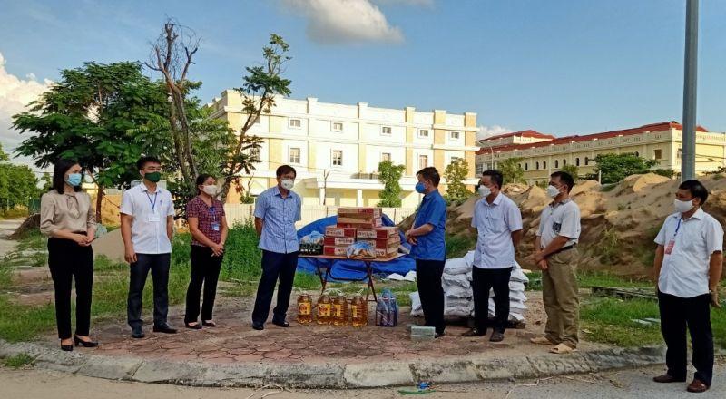 Trao quà hỗ trợ lao động gặp khó khăn tại huyện Đan Phượng, Hà Nội.