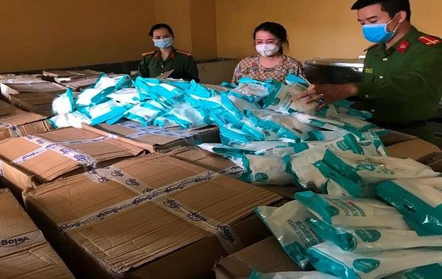 Lực lượng chức năng thu giữ khẩu trang không rõ nguồn gốc trên địa bàn Hà Nội. Ảnh: Phạm Văn