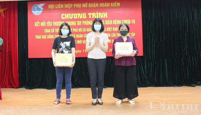 Đồng chí Trịnh Thị Huệ - Chủ tịch Hội LHPN quận trao sổ tiết kiệm và quà cho hội viên phụ nữ khó khăn