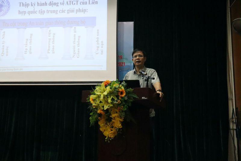 đồng chí Tạ Đức Giang - Phó Chánh văn phòng Ban An toàn giao thông TP Hà Nội truyền đạt nội dung buổi tập huấn