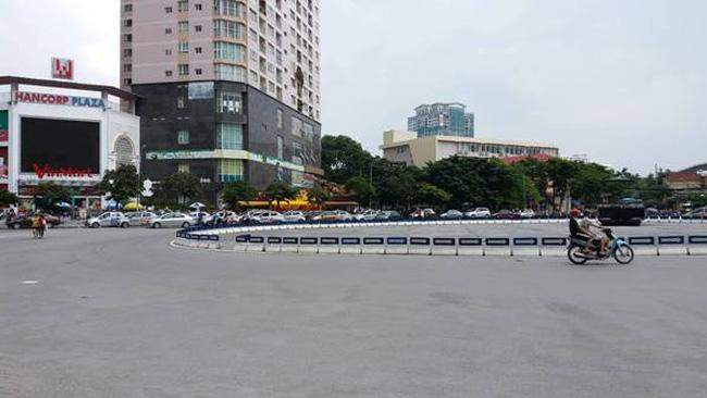Rào chắn trên đường Trần Đăng Ninh phục vụ điều chỉnh kích thước vỉa hè kéo dài khoảng 200m từ ngã ba Trần Đăng Ninh - đường B4 đến ngã ba giao đường Nguyễn Phong Sắc.
