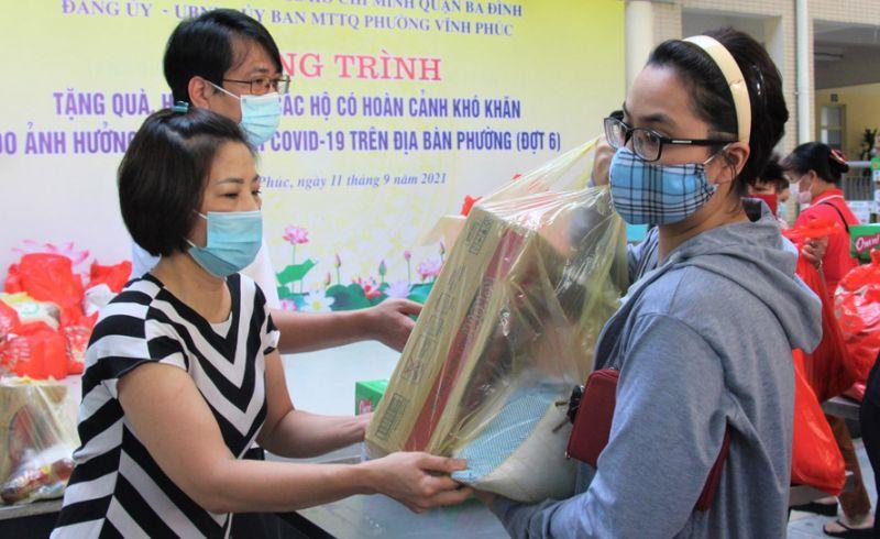Lãnh đạo phường Vĩnh Phúc, quận Ba Đình trao quà hỗ trợ người dân khó khăn trên địa bàn