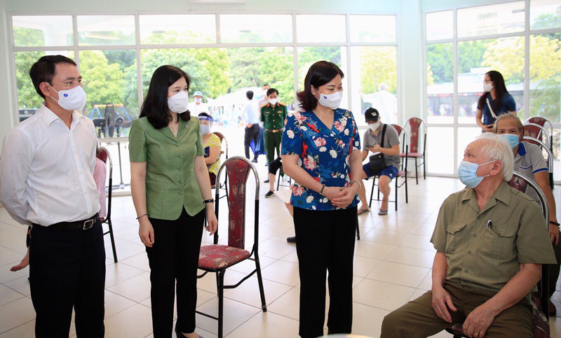 Phó Bí thư Thường trực Thành ủy Nguyễn Thị Tuyến thăm hỏi người cao tuổi chuẩn bị tiêm vắc xin phòng Covid-19 tại Nhà văn hóa phường Dịch Vọng Hậu (quận Cầu Giấy).