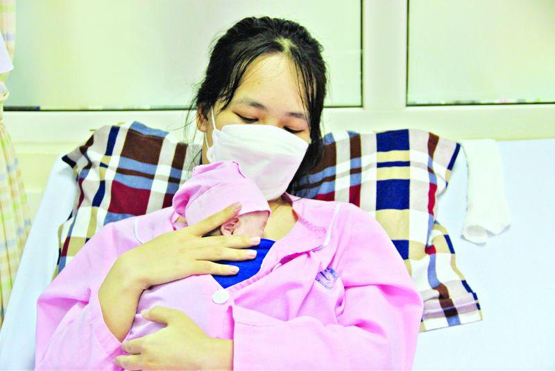 Bé Thái T.A sau khi được các bác sĩ nuôi dưỡng đã có thể tự thở, da kề da với mẹ.