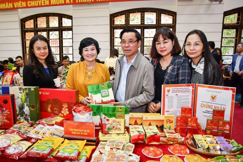 Bà Ngô Thị Tính (thứ 2 trái sang) bên cạnh các sản phẩm được chứng nhận sản phẩm OCOP chất lượng 4 sao, 5 sao